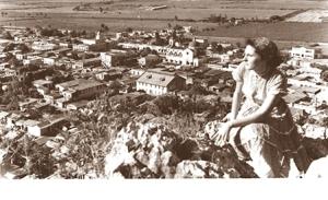 Carmen O. Martínez ((Yuya) observando el pueblo desde la Peña Borracha en 1951. (Fototeca Jimmy Rosario)