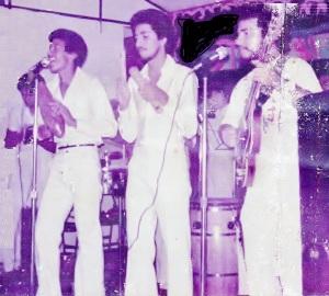 19771211 PRIMERA FOTO DE ORQ ETICA EN 15 CENTRO SAN VICENTE EDWINEDGARDO OTERO BAMBINO SU INAG CANTANTE HOY CORP LATINA WILLIEFANIA EN SU INAUG CANTE Y EDWIN CRESPO DIR FUNDADOR TRESISTA