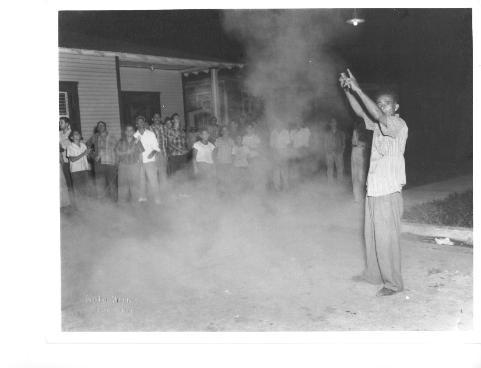 En esta fotografía tomada por Jimmy Rosario en la década de 1950, un pirotécnico en la celebración de las Fiestas Patronales de Vega Baja, quien se encargaba de lanzar los cohetes desde tierra (Fototeca Jimmy Rosario)