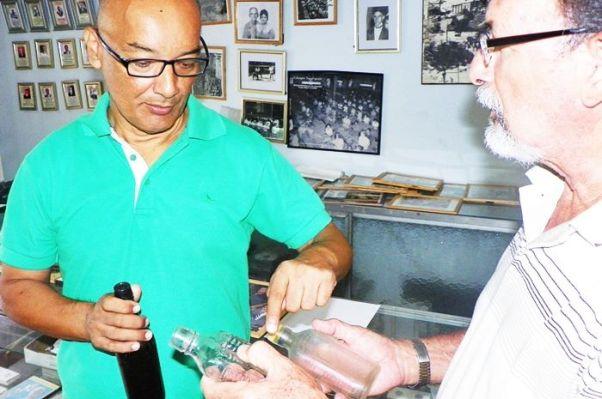 JUAN CARLOS ROSARIO EXAMINANDO BOTELLAS